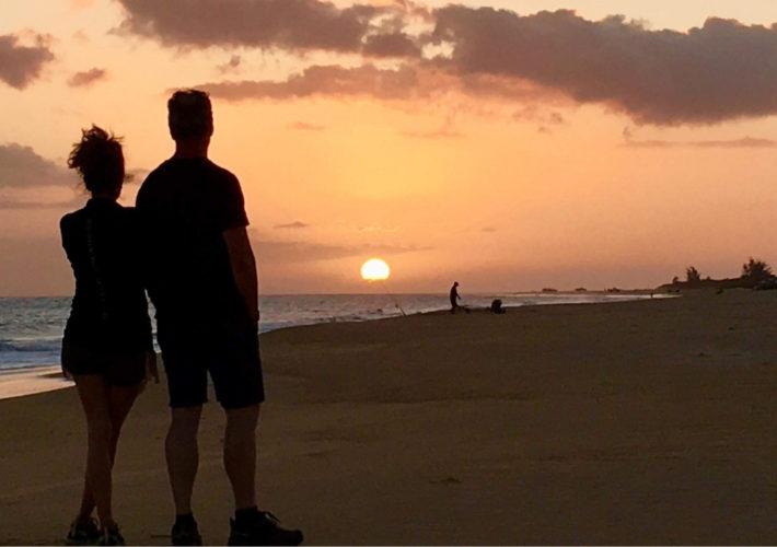 couple-beach-sunset-kauai